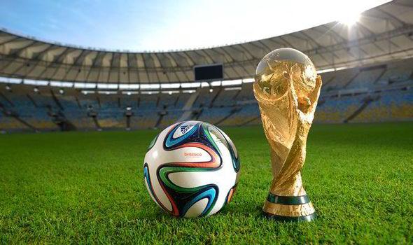 Sport hírek: modell adja át a vb trófeát