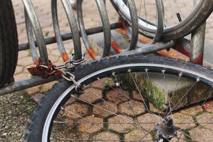 rosszul lelakatolt kerékpár